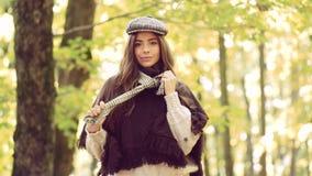 Gelukkig meisje op de herfstgang De herfst openluchtportret van het mooie gelukkige meisje lopen in gebreid park of bos in warm stock video