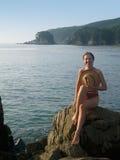 Gelukkig meisje op de rots Royalty-vrije Stock Afbeelding