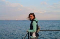 Gelukkig meisje op een overzeese pijler stock foto's