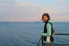 Gelukkig meisje op een overzeese pijler royalty-vrije stock fotografie