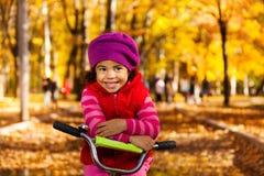 Gelukkig meisje op fiets royalty-vrije stock afbeelding