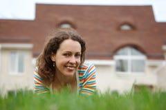 Gelukkig meisje op gazon voor nieuw huis royalty-vrije stock foto
