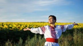 Gelukkig meisje op gebied van zonnebloemen Royalty-vrije Stock Afbeeldingen