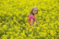 Gelukkig meisje op geel gebied royalty-vrije stock afbeelding