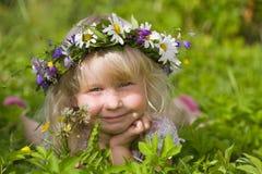Gelukkig meisje op groene weide royalty-vrije stock afbeeldingen