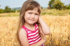 Gelukkig meisje op het gebied Royalty-vrije Stock Afbeeldingen