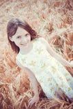 Gelukkig meisje op het gebied royalty-vrije stock fotografie