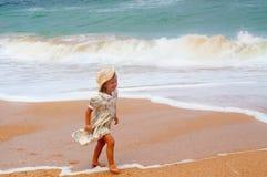 Gelukkig meisje op het strand Stock Afbeelding
