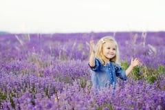 Gelukkig meisje op lavendelgebied Stock Afbeelding