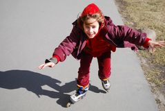 Gelukkig meisje op rolschaatsen royalty-vrije stock afbeeldingen