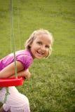Gelukkig meisje op schommeling Stock Foto