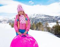 Gelukkig meisje in roze met slee Stock Foto's