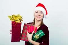 Gelukkig meisje in santahoed met giftdozen Stock Fotografie