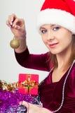 Gelukkig meisje in santahoed met giftdozen Stock Afbeeldingen