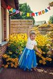 Gelukkig meisje in tiara bij verjaardagspartij royalty-vrije stock afbeelding