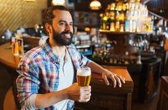 Gelukkig mens het drinken bier bij bar of bar Royalty-vrije Stock Afbeeldingen