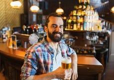 Gelukkig mens het drinken bier bij bar of bar Stock Fotografie
