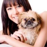 Gelukkig met haar nieuwe hond Stock Foto's
