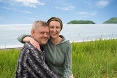 Gelukkig midden oud paar door het overzees. Stock Foto's