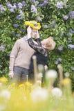 Gelukkig midden oud paar in park Royalty-vrije Stock Afbeeldingen