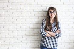 Gelukkig millennial meisje die pret hebben binnen Portret van jonge mooie vrouw met perfecte tandenglimlach, bruine ogen Minimali royalty-vrije stock afbeelding