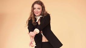 Gelukkig model in elegant zwart en jasje die dansen glimlachen stock footage