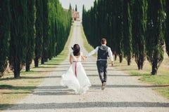 Gelukkig modieus glimlachend paar die en in Toscanië, Ita lopen kussen royalty-vrije stock foto's