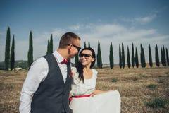 Gelukkig modieus glimlachend paar die en in Toscanië, Ita lopen kussen stock foto