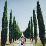 Gelukkig modieus glimlachend paar die in Toscanië, Italië op hun lopen royalty-vrije stock foto