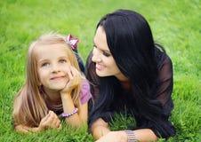 Gelukkig moeder en dochterportret royalty-vrije stock foto