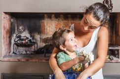 Gelukkig moeder en kind die diner voorbereiden Stock Fotografie