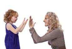 Gelukkig moeder en kind samen geïsoleerdn spel Stock Afbeeldingen