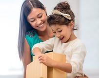 Gelukkig moeder en kindmeisje met giftdoos Stock Afbeelding