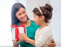 Gelukkig moeder en kindmeisje met giftdoos Royalty-vrije Stock Foto