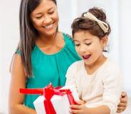 Gelukkig moeder en kindmeisje met giftdoos Royalty-vrije Stock Foto's