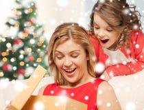 Gelukkig moeder en kindmeisje met giftdoos Stock Fotografie