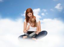 Gelukkig moeder en meisje met tabletpc Stock Foto's
