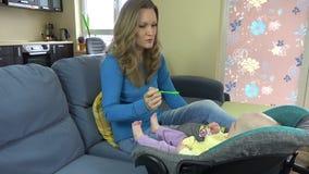 Gelukkig moeder het voeden babyvoedsel met lepel 4K stock footage