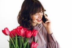 gelukkig moeders of van vrouwen dagconcept het gelukkige modieuze meisje spreken Stock Foto