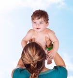 Gelukkig moederspel met baby Stock Fotografie