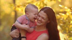 Gelukkig moederspel met haar zoon stock footage