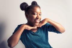 Gelukkig mooi Afrikaans jong meisje Stock Afbeeldingen