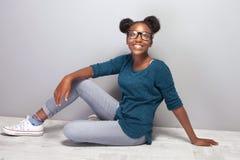 Gelukkig mooi Afrikaans jong meisje Royalty-vrije Stock Afbeelding