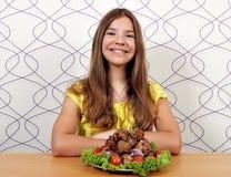 Gelukkig mooi meisje met vleesballetjes royalty-vrije stock fotografie