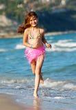 Gelukkig mooi meisje op het strand Royalty-vrije Stock Foto's