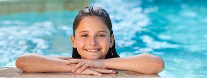 Gelukkig Mooi Meisjeskind die in Zwembadpanorama glimlachen royalty-vrije stock foto's