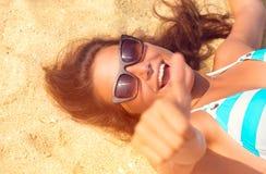 Gelukkig mooi modelmeisje die pret op het strand hebben stock afbeelding