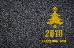 Gelukkig nieuw die jaar en spar op een achtergrond van de asfaltweg wordt geschreven Stock Foto's