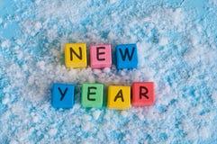 Gelukkig nieuw die jaar met stuk speelgoed kleurenkubussen wordt geschreven Op Royalty-vrije Stock Foto's
