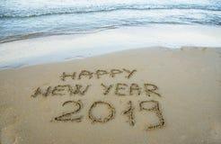 Gelukkig nieuw die jaar op het zand wordt geschreven royalty-vrije stock foto